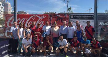 Francisco de la Torre, alcalde de Málaga con algunos de los participantes en el IX campeonato de pádel.